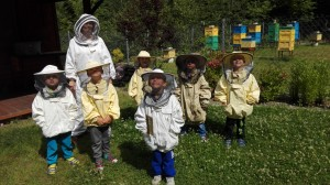 Nasza Pani też idzie z nami zobaczyć jak pracują pszczoły